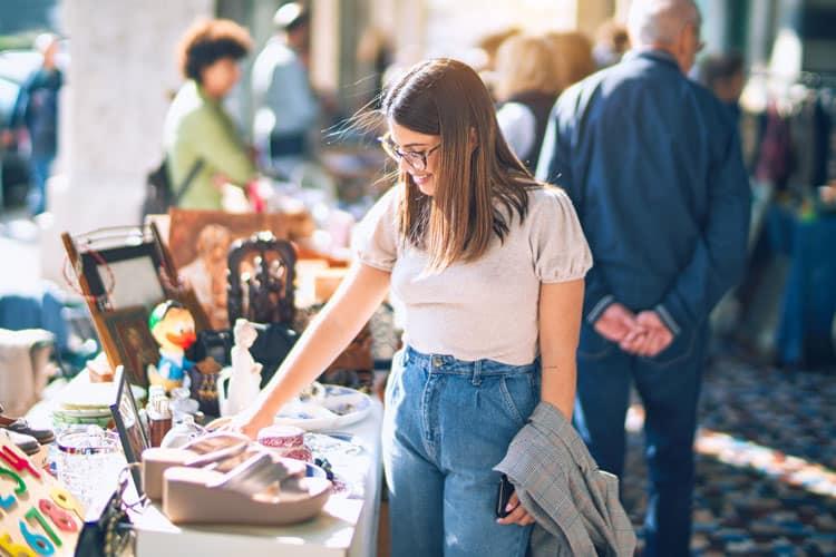 Vrouw op rommelmarkt